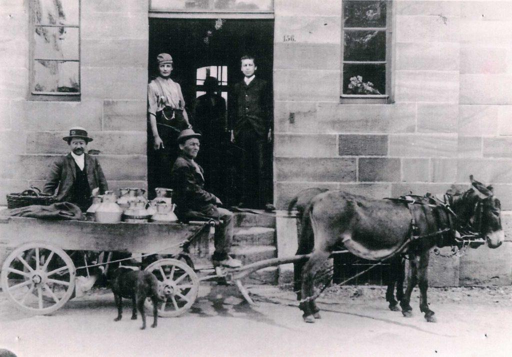 Der Esel´s Jörg vor der Molkerei Gerabronn.Um ca. 1890. Anlieferung 6 Kannen Milch täglich mit 2 Eseln und dem Hund.