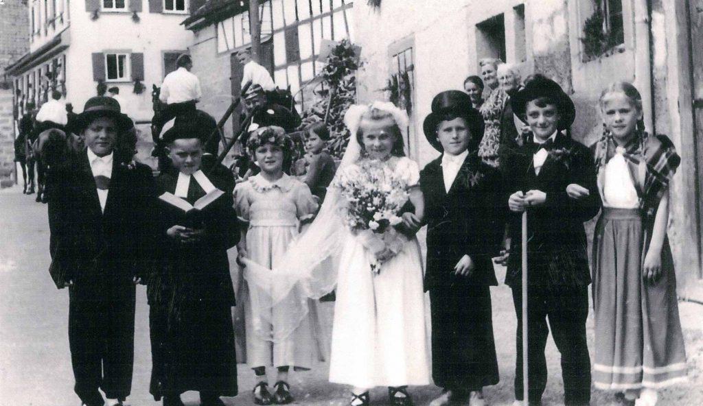 Kinder beim Heimattag im Juli 1956 vor dem Haus Kochendörer-Schuster in der Kurve an der Lindensteige