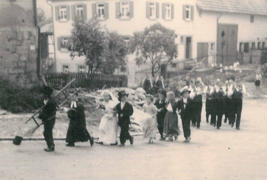 Kinder und Posaunenchor beim Umzug am Heimattag im Juli 1956 in der Kurve an der Lindensteige