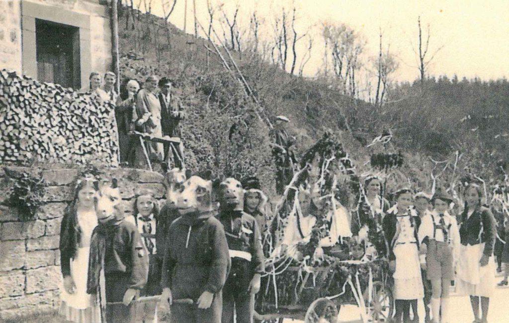 Umzug am Heimattag im Juli 1956 am Dorfausgang Richtung Liebesdorf am damaligen Haus Schwarzmann