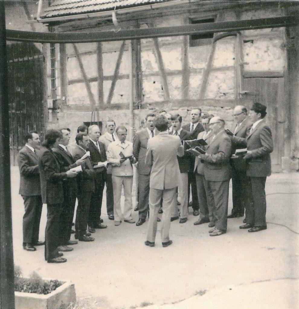 1974 Der Gesangsverein singt Alt-Bürgermeister Gronbach ein Ständchen zum 80sten Geburtstag