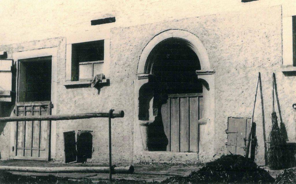 Altes Stalltor am früheren Anwesen Ziegler-Bolz mit Miste