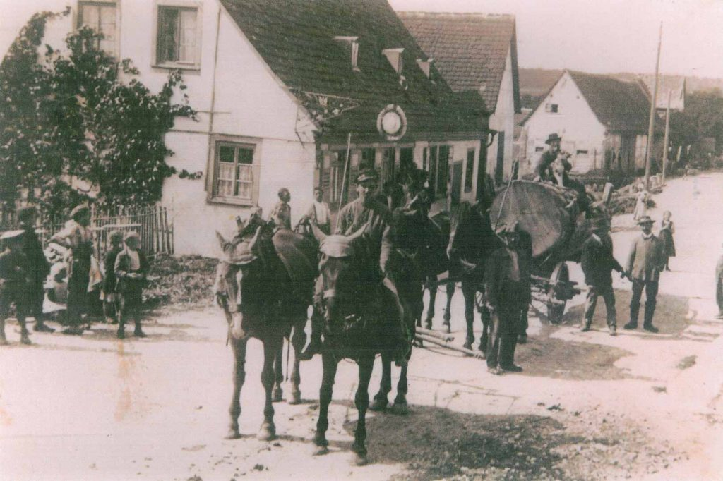 1920 Pferdegespann auf der Dorfstraße beim früheren Gasthaus Zur Sonne, jetzt Familie Gerd Pracher