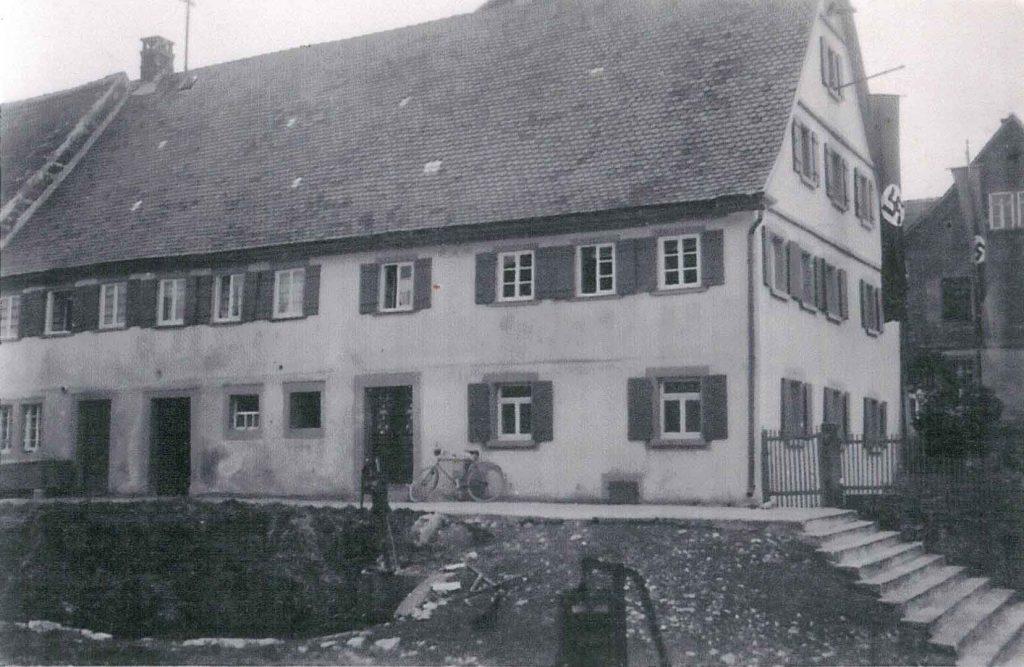 Das alte Haus Herrmann / Klenk vor der Kirche und altem Rathaus