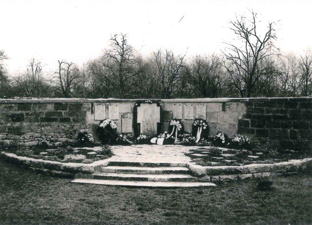 Ehrenmal für die Gefallenen der beiden Weltkriege auf dem alten Friedhof bei der Einweihung