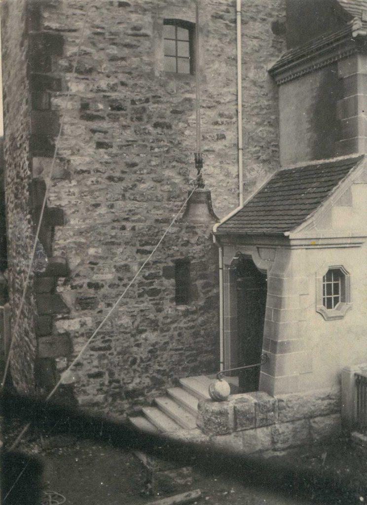 Eine der im zweiten Weltkrieg bereits zum einschmelzen weggebrachten, kurz nach Kriegsende aber zurück gegebenen Glocken wird an einem Seil hochgezogen.