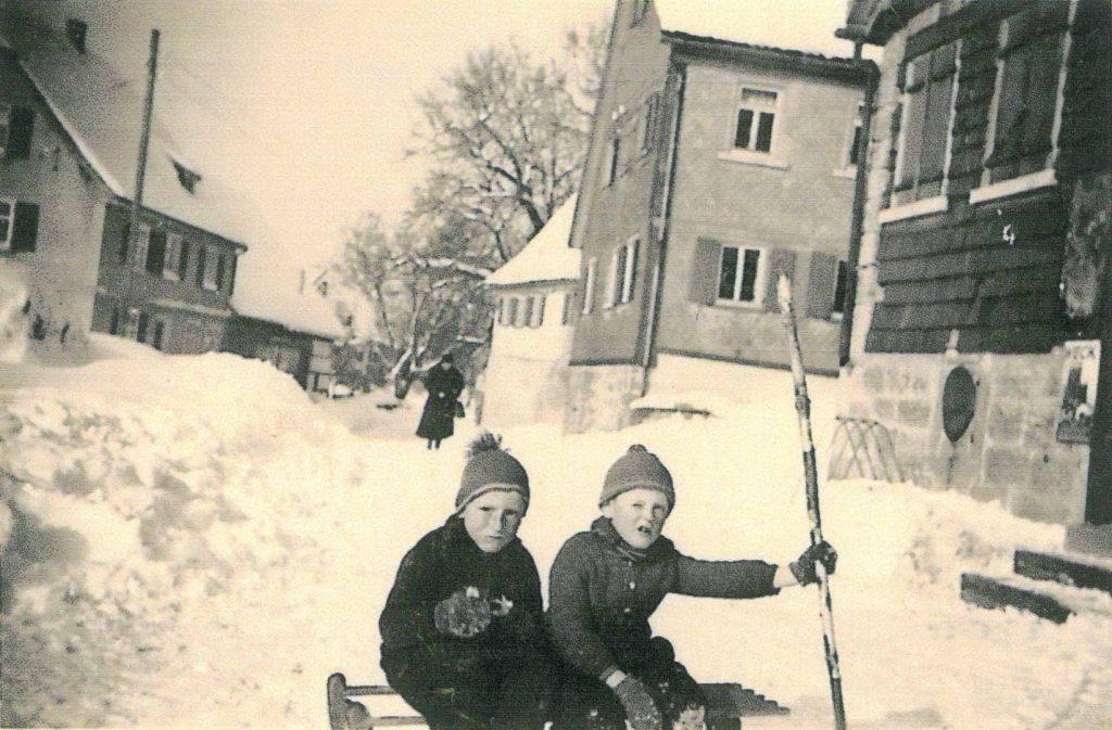 1941 Vor dem Gemischtwarengeschäft Stein, mit Blick zum früheren Haus Schmidt (mitte) und zum Haus Engelhard-Tauberschmidt (links)