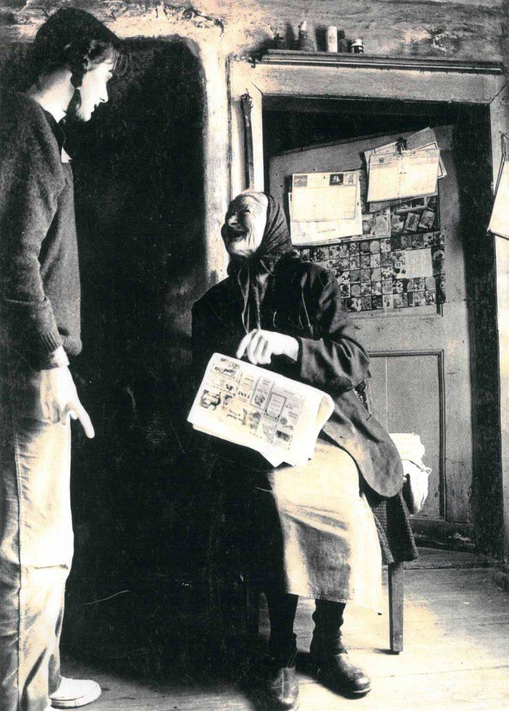 Lina Hilpert zeigt einer Besucherin etwas in der Zeitung