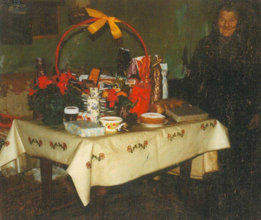 Lina Hilpert mit Geschenketisch zu einem festlichen Anlass