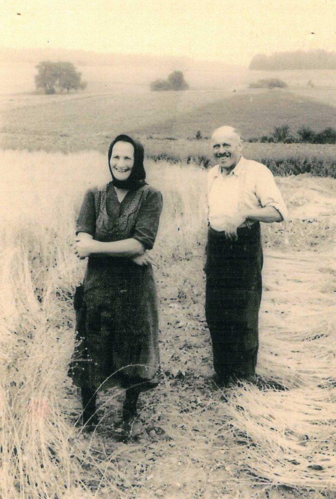 Friedrich Gronbach Senior mit seiner Schwester Anna bei der Flachsernte