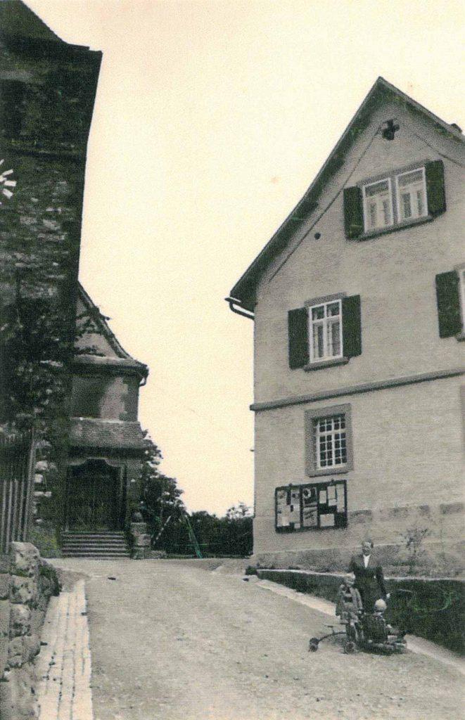 1951 Altes Kirchen-Bückele, rechts mit altem Schulhaus, später Rathaus.