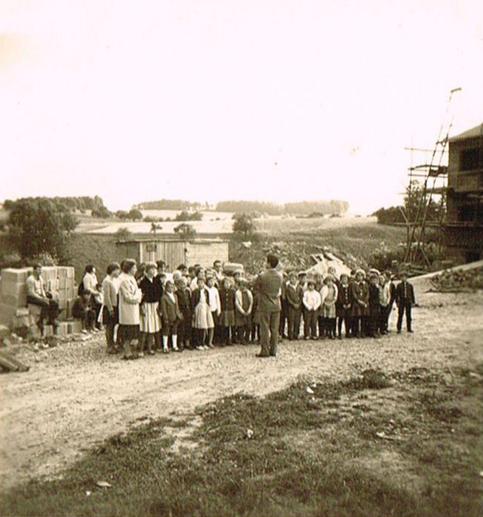 Singende Schüler beim Richtfest der Schule (1962/63?)