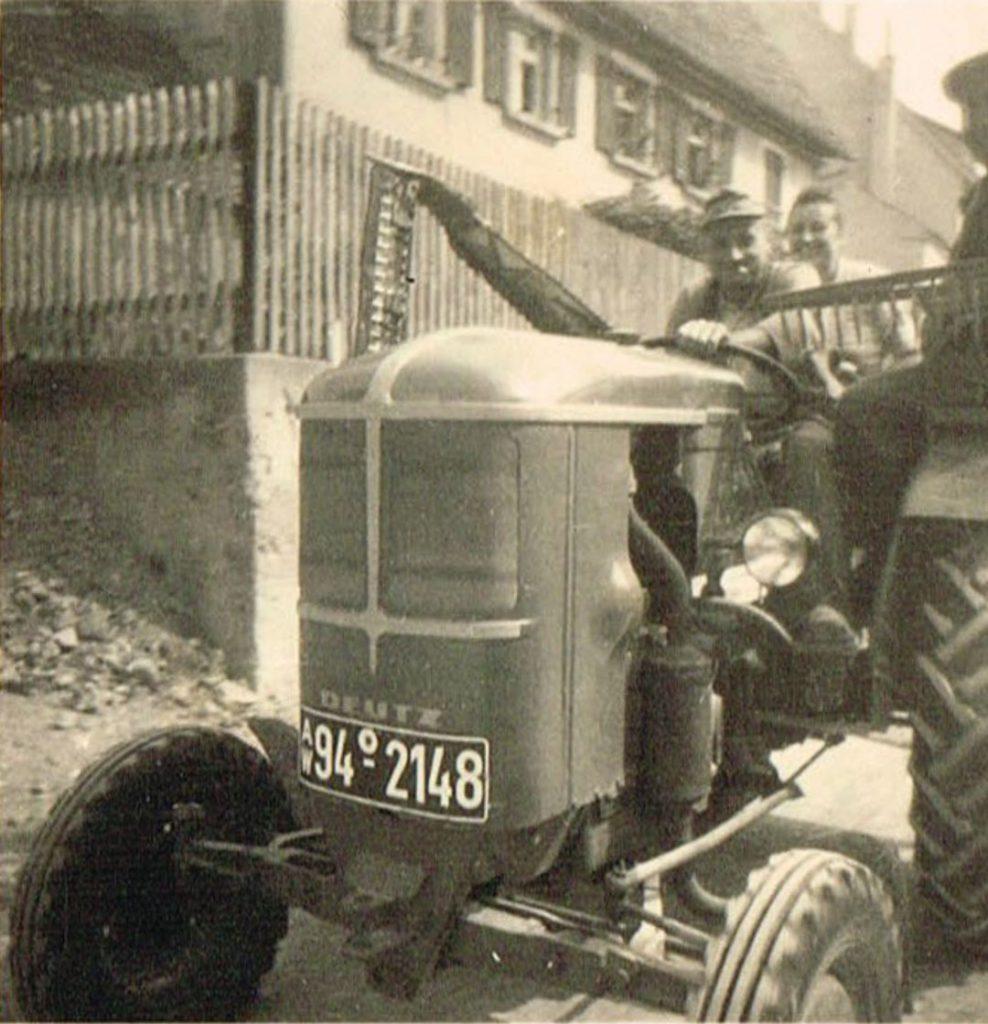 Erwin Düring mit seinem ersten Schlepper (1950er Jahre)