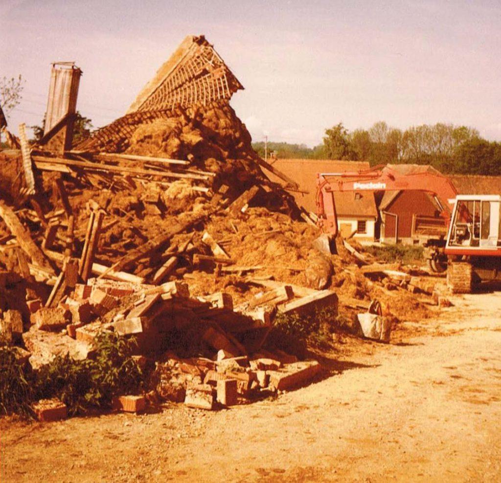 Abbruch der Althofstellen Fam. Bolz und Klenk. Laut Bildbeschriftung 1981. Von Klenks blieb die 1993 abgebrannte Scheune und ein Holzschuppen bestehen, von Fam. Bolz die heutige Gemeindescheune.