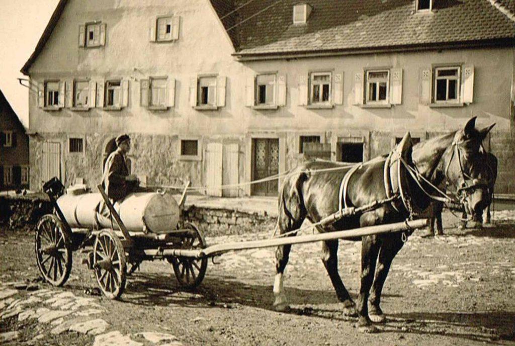 Erwin Düring beim Mistbrühe fahren vor dem ehemaligen Haus Bolz (1950er Jahre)