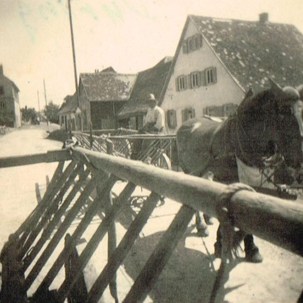 Pferdefuhrwerke in der heutigen Dorfstraße zu sehen das Haus Hermann Düring. Es ist gut zu sehen, dass die Straße damals etwas tiefer lag.