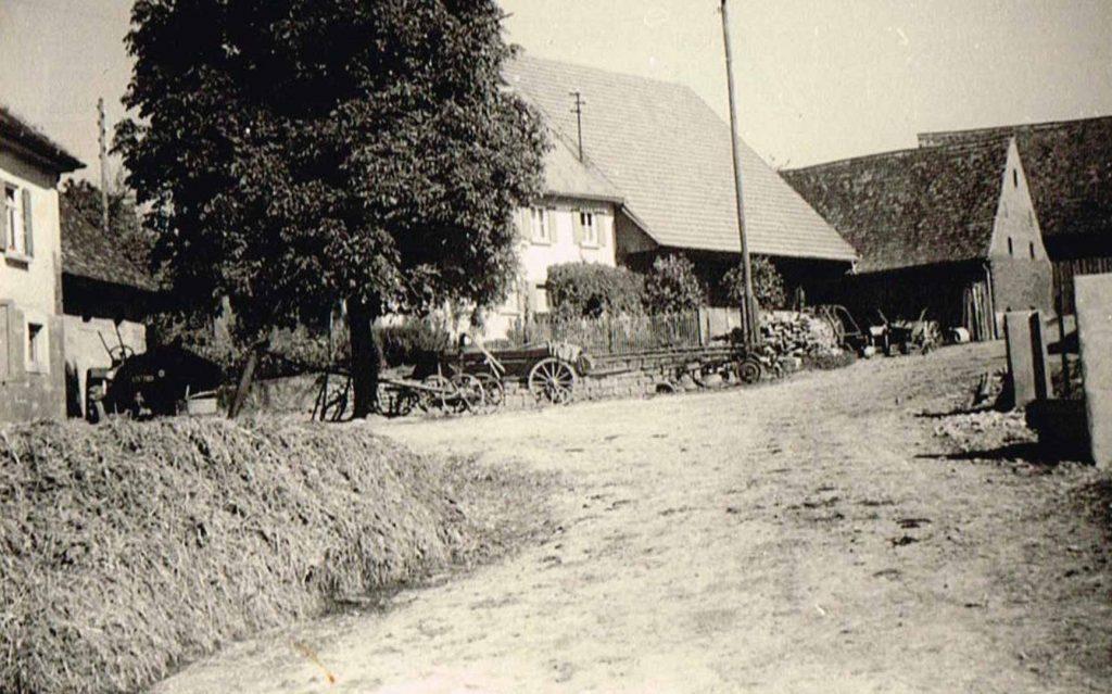 Hofraum Anwesen Bolz (links) sowie Haus und Scheune Düring  (1950er Jahre)