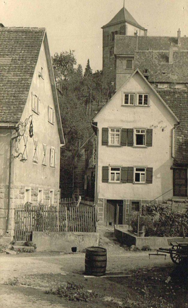 Blick auf die Kirchenstäffele, links das Lamm rechts das Haus Köhnlein