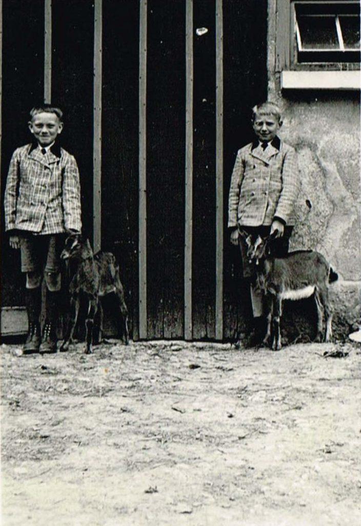 Gerhard Ziegler (gefallen, Onkel von Karl Bolz jun.) und Erwin Düring mit zwei Ziegenböcken (1930er Jahre)