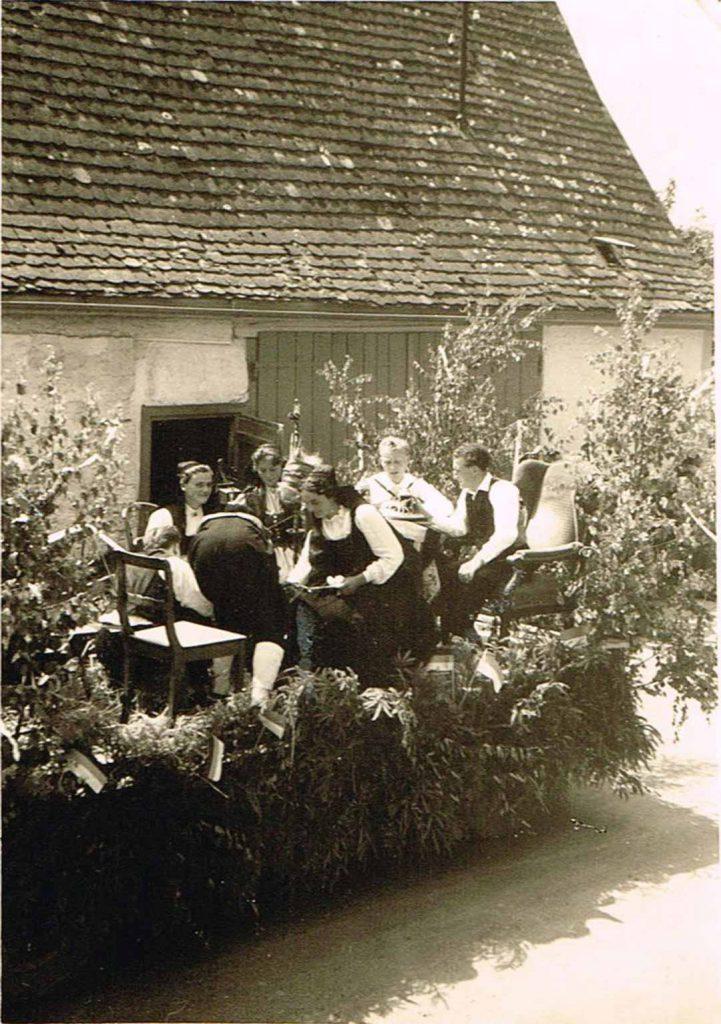 Umzugswagen beim Heimattag 1957 vor der Biesener´schen Scheune.