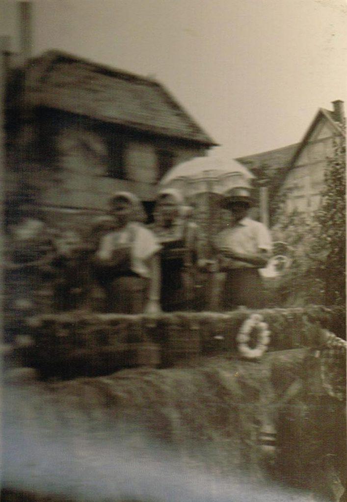 Umzugswagen beimHeimattag 1957. Personen leider nicht erkennbar. Links das Haus Wüstner in der Dorfstraße, heute Hass.