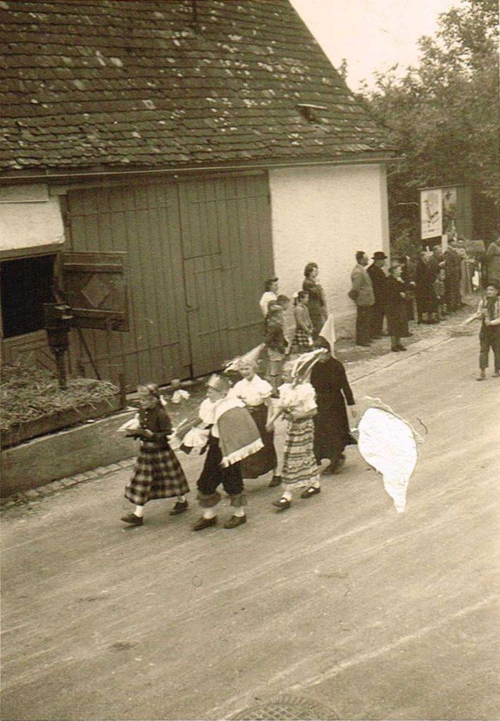 Verkleidete Kinder beim Umzug am Heimattag 1957 vor dem ehemalige Hof Bliesener.