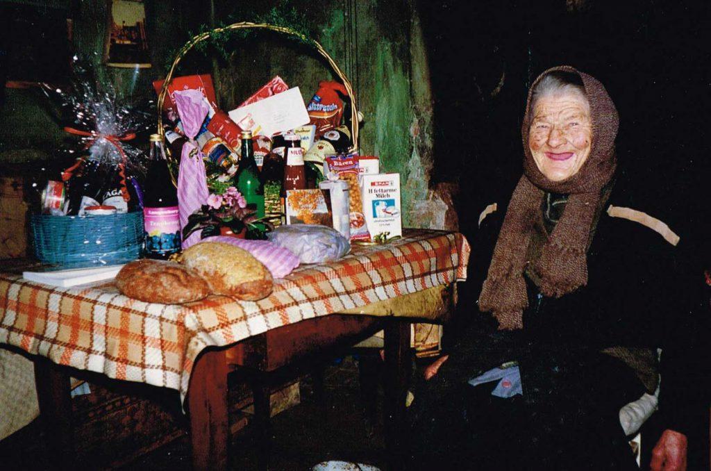 Lina Hilpert an ihrem 80. ? Geburtstag. Sie lebte bis zu ihrem Tod xx.xx.199x in ihrem Haus ohne fließendes Wasser und ohne Strom.