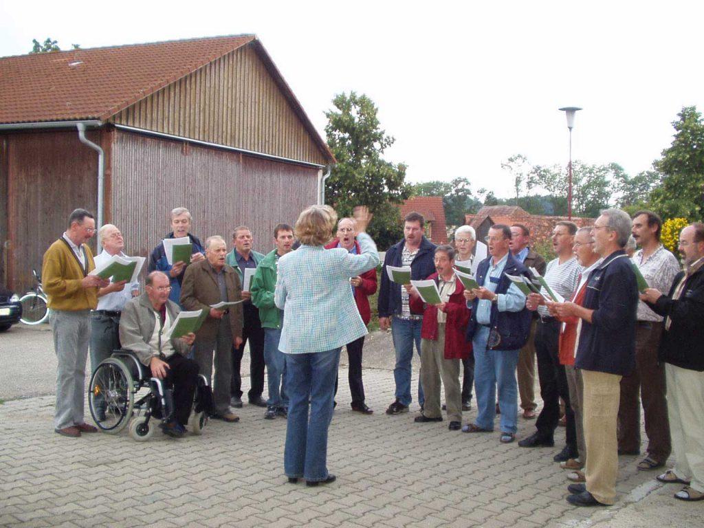 Gesangverein Eintracht beim Ständchen zum 80. Geburtstag von Erwin Düring 2006