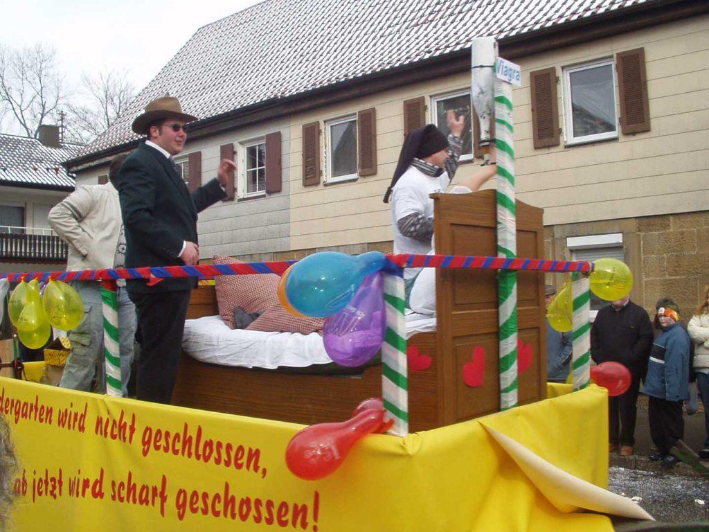 Feuerwehr Michelbach beim Faschingsumzug in Gerabronn 2006 mit dem Thema der Kindergartenschließung in Michelbach