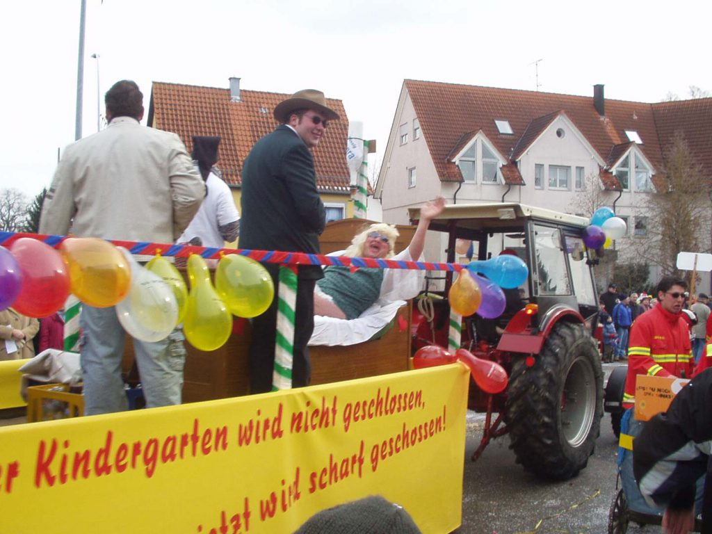 "Feuerwehr Michelbach beim Faschingsumzug in Gerabronn 2006. Motto: ""Der Kindergarten wird nicht geschlossen, ab jetzt wird scharf geschossen""."