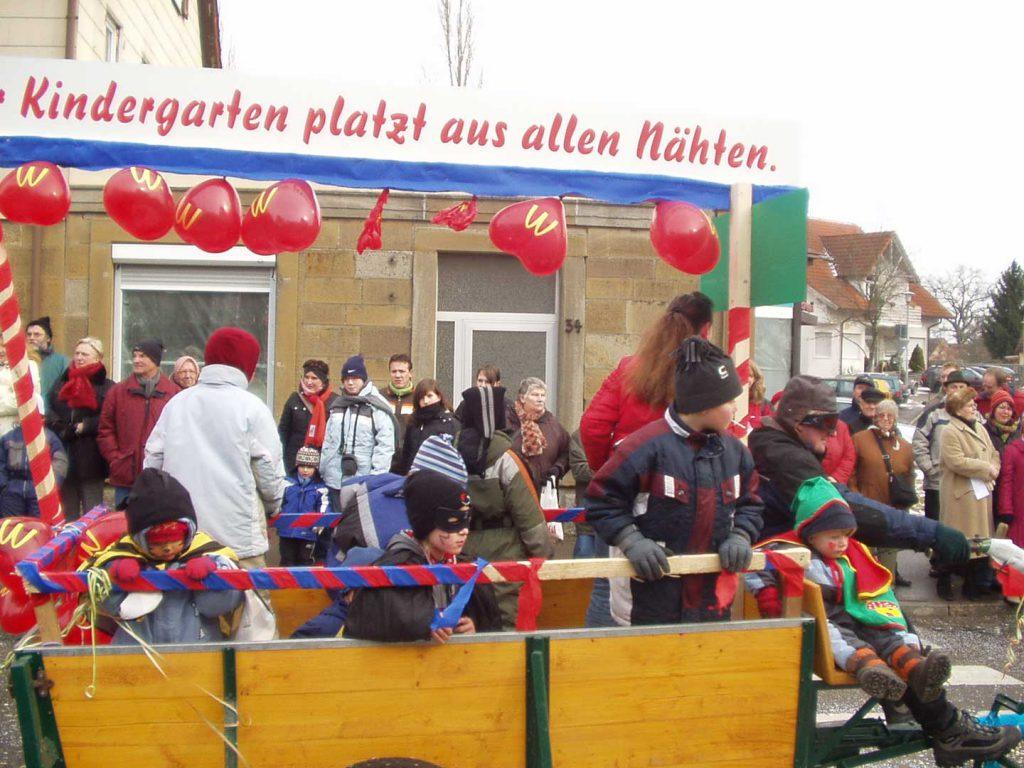 Feuerwehr Michelbach beim Faschingsumzug in Gerabronn 2006 mit dem Thema der Kindergartenschließung in Michelbach. Fotografiert an der Abzeigung Blaufeldener Straße – Amlishagener Straße.